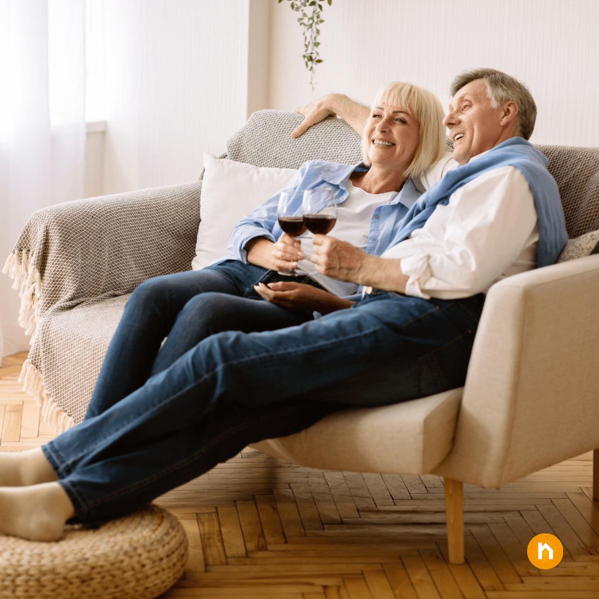Älteres Paar sitzt auf Sofa