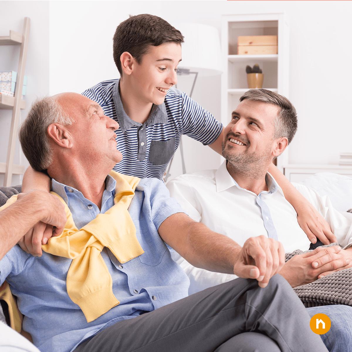 Kind umarmt Vater und Großvater